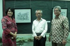 Ibu Dirut LPP RRI dan Kepala RRI Makassar Berpose di depan karya Abd. Aziz Ahmad