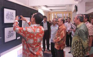 Suasana pameran Lukisan Kaligrafi tampak Prof. Dr. Haryono Suyono (dua dari kiri) serius mengapresiasi sebuah karya
