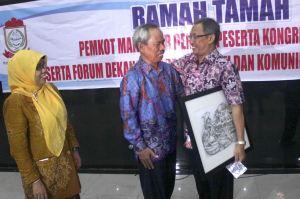Abd. Aziz Ahmad dan Dr. HM.Sulthon, M.Ag berpelukan setelah menyerahkan hadiah lukisan tgl. 8 Juni 2013
