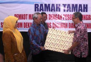 Abd. Aziz Ahmad menyerahkan sebuah lukisan kepada Ketua APDI